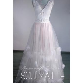 Vestuvinė, proginė suknelė. Bodis ir sijonas. Rankų darbo dekoras. Siuvama pagal Jūsų išmatavimus. Aksomas puoštas nėriniais, tiulio sijonas.