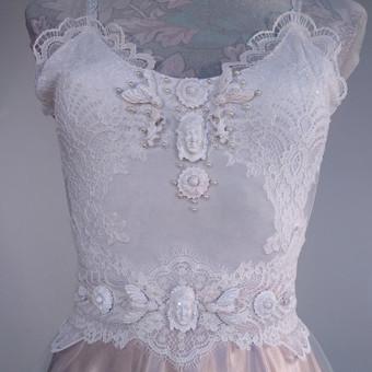 Vestuvinė suknelė. Rankų darbo dekoras. Siuvama pagal Jūsų išmatavimus. Aksomas puoštas nėriniais, tiulio sijonas.