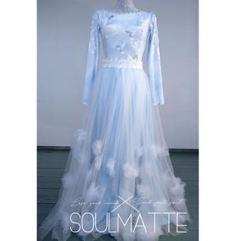 Suknelės ilgomis rankovėmis. Proginė suknelė. Rankų darbo dekoras. Siuvama pagal Jūsų išmatavimus. Aksomas puoštas nėriniais, tiulio sijonas.