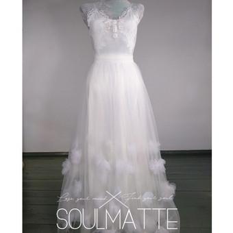 Suknelė pagal Jūsų išmatavimus. Vestuvinė, proginė suknelė. Bodis ir sijonas. Rankų darbo dekoras. Siuvama pagal Jūsų išmatavimus. Aksomas puoštas nėriniais, tiulio sijonas.