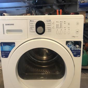 Šaliname visų tipų skalbimo mašinų, indaplovių ir džiovyklių gedimus tiek kliento namuose, tiek įmonės remonto centre Vilniaus raj.