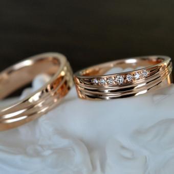 Vestuviniai žiedai iš raudono aukso su deimantais.