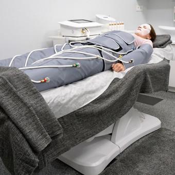 Procedūra atliekama PresoLimf įrenginiu: tai 3 tipų programos - 3 tipų masažas ir net 24 kameros viename kostiume. Tai kūno sveikatinimo ir gražinimo procedūra.