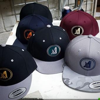 Logotipo siuvinėjimas ant kepurių.