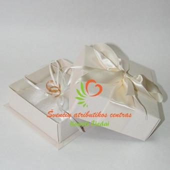 Rankų darbo pagalvėlės žiedams dėžutėje, visa vestuvių atributika rasotiziedai e-parduotuvėje, prekes pristatome visoje Lietuvoje per 3-is darbo dienas
