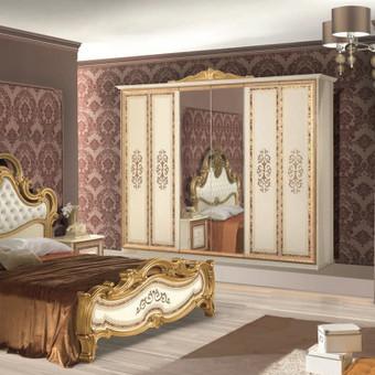 Nurodyta komplekto kaina.Lova 160/180,2 - naktiniai staliukai,komoda,veidrodis,spinta  4 durų arba 6 durų Spalva galima pasirinkti  juoda (nero), kremine (biege) Kilmės šalis Italija