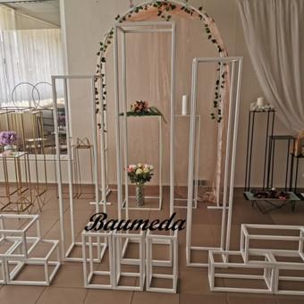 Stoveliai desertams ant stalo,ir pastatomi dekoruojami gėlėmis,balionais