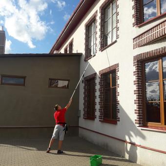 Kokybiškas visų tipų langų valymas.Namų, butų, kotedžų, ofisų, biurų, įmonių, restoranų, kavinių, bankų, laiptinių ir t.t langų valymas.Taip pat galime sutvarkyti ir jūsų norimas p ...