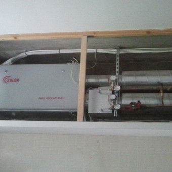 Rekuperacinė oro vėdinimo sistema su galimybe šildyti paduodamą orą nuo bendros namo šildymo sistemos.