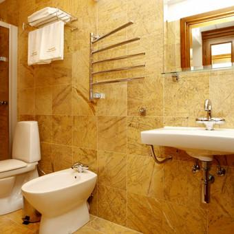 Liukso tipo klasės kambario vonios kambarys