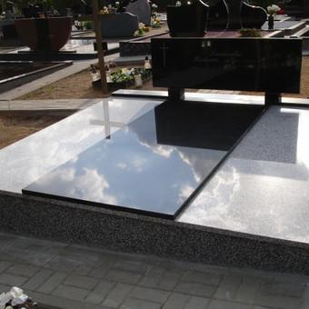 Kapavietė uždengta kapų granito plokštėmis. Paminklas stačiakampis, stovintis ant granito kojyčių. Pamato apdailas- granituotė. Laidojant urną ar karstą, plokštės nusikelia.