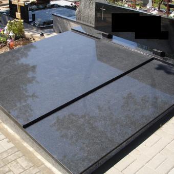 """Kapavietė su 25cm nuolydžiu, uždengta juodo granito (""""Kareliško"""") plokštėmis. Nuolydis darytas todėl, kad nuo stovinčios pušies krentant konkorėžiams, jie nusirintų ant žemės.  Pamatas  ..."""