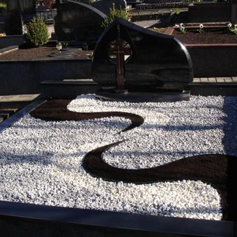 Atliktos dekoracijos su skalda ir juoda žeme.