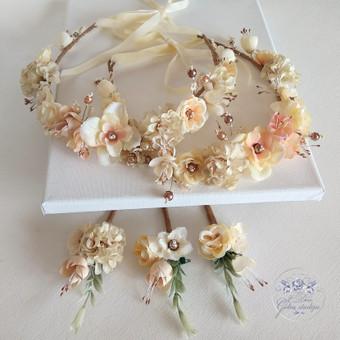 Šilko gėlių rinkinukas (rankų darbas): du lankeliai ir trys butonjerės