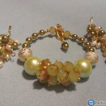 Apyrankė ir ilgi Auskarai,iš baltų upinių perlų,žalsvu svarovski perliuku, svarovski karoliukų, aukso spalvos juvelyrinių detalių
