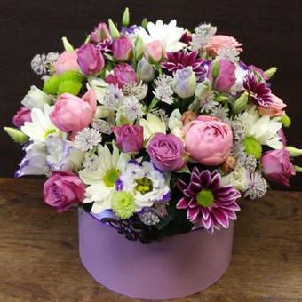 Gėlių dėžutė su santini chrizantemomis ir rožėmis