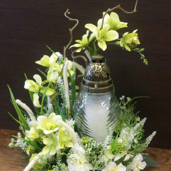 Nedidelė dirbtinių gėlių kompozicija kapams su žvake