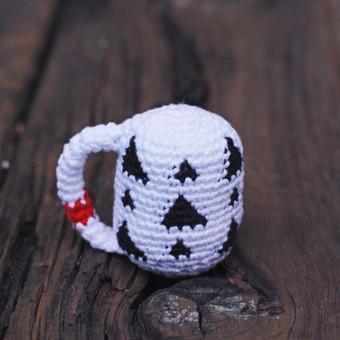 -konstrukcija atitinka mažylio ranką, aptakios formos, be aštrių kampų; -ypač plona rankenelė pritaikyta pačioms mažiausioms rankytėms;  -lengvutis, kad mažylis galėtų lengvai pakelti, ...