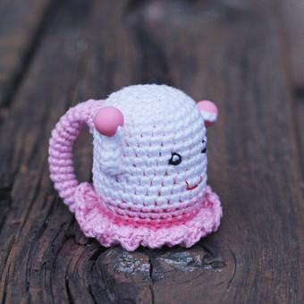 Rožinė mergytė. Žaisliukas pritaikytas mažyliui: ypač plona rankenėlė patogi paimti, lengvas, kad būtų nesunku pakelti, visiškai saugus - be jokių aštrių kampų, įnerti speciailiai kra ...