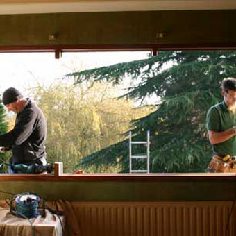 Medinių langų montavimas.