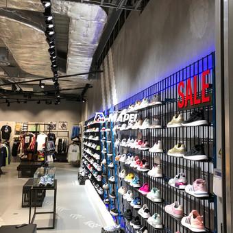 ULTRATOP LOFT cementinė dekoratyvinė grindų/sienų danga. Adidas parduotuvė Rygoje. http://www.velvemst.lt/uploads/Brochure_Ultratop_Loft_LT_web.pdf