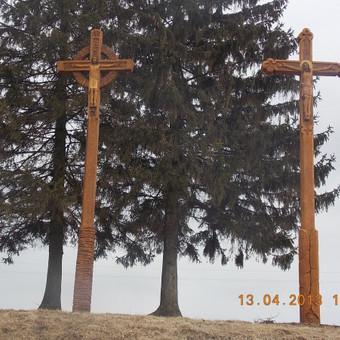Kryžiai Šiluvos kryžių kelyje.