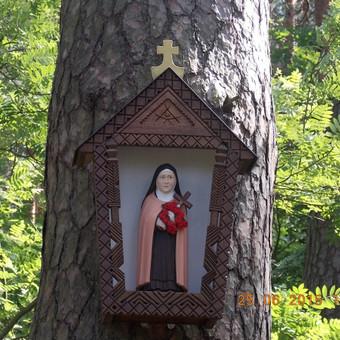 Koplytėlė su šv.Teresėle  Žvėrinčiaus miške, Prienai.
