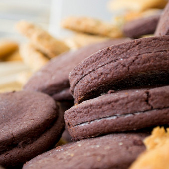 Šokoladas šokoladuotas Cukrus, kvietiniai miltai, šokolado ir lazdynų riešutų kremas, kakava, sviestas, kiaušiniai, vanilinis cukrus.
