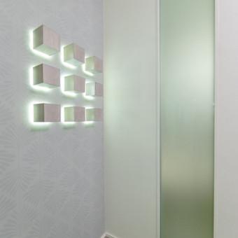 Stiklo paketas, kad dienos šviesa iš miegamojo patektų į koridorių