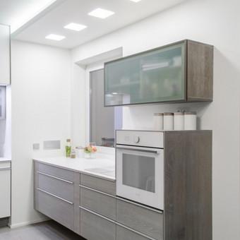 Pakabinama virtuvė suteikianti erdvei lengvumo