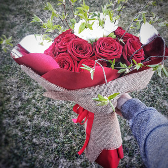 20 vnt. rožių ir frezijos