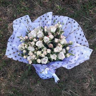 30 vnt smulkiažiedžių rožių puokštė