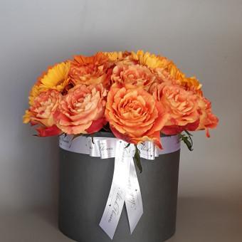 Gerberų ir rožių puokštė dėžutėje
