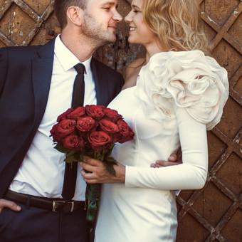 Petys puoštas įspūdinga, didele gėle, pabrėžiant suknelės išskirtinumą.