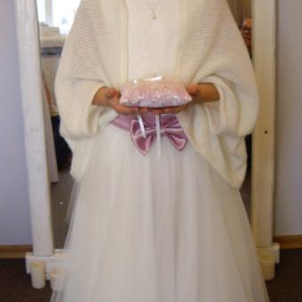 Bodis ir tiulinis pūstas sijonukas mergaitei, gerinnt prie mamos suknelės. Pagalvėlė žiedams derinta prie šventės tematikos.