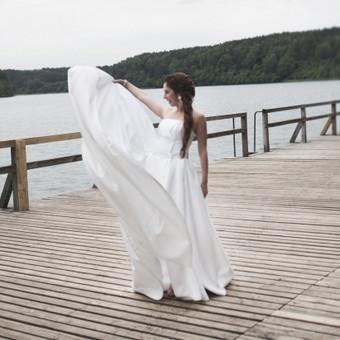 Prie trumpos suknelės, šventiniai daliai pasiūtas sunkus, platus ( su daug klosčių) sijonas.