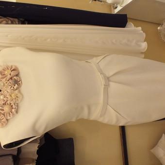 Vilnonė, vintažinė suknelė.Puošnumo suteikia išskirtinis rankų darbo papuošalas ant kalklo.