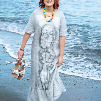 Lininė suknelė su tapyto šilko dekoracija. Daugiau kūrinių galite rasti silkodovana.lt