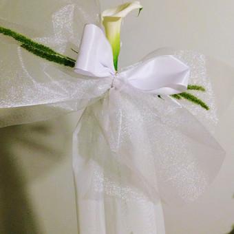 Bažnyčios suolų dekoravimas kaspinais su gėlėmis