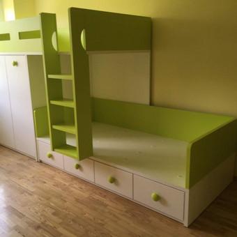Dviaukštės nestandartinės lovos jaunuolio kambariui