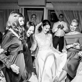 Fotografuoju vestuves reportažiniu stiliumi. Taip pat darau menines vestuvininkų nuotraukas studijos patalpoje ir viešoje erdvėje. Turiu nuosavą fotostudiją Vilniuje.