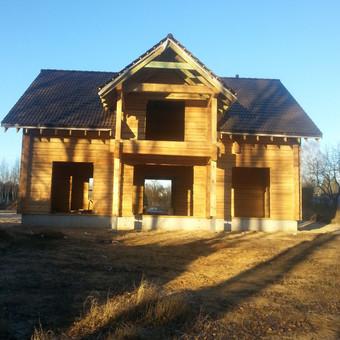 Rastinis namas po stogo uždengimo.