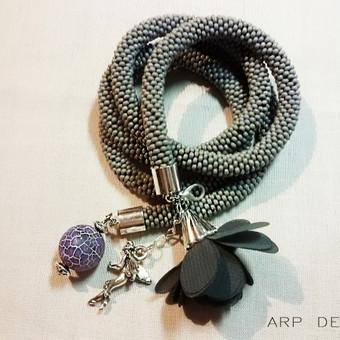 Nerta iš smulkių karoliukų virvelė, kuri tinka ir kaip kaklo papuošalas ir kaip apyrankė.