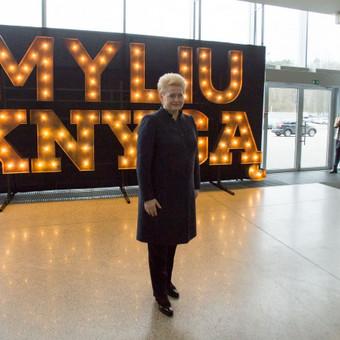 LR Prezidentė prie Lights&Letters raidžių MYLIU KNYGĄ Vilniaus knygų mugėje.