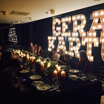Lights&Letters sendintos raidės su antikvarinėmis lemputėmis GERA KARTU VMG komandos vakarienėje.