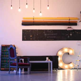 Lights&Letters sendinta raidė su antikvarinėmis lemputėmis C fotostudijoje Contrast Studio.