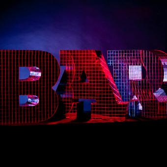 Lights&Letters tūkstančiais veidrodžio gabalėlių dekoruotas užrašas BAR