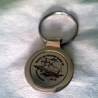 Graviruotas metalinis raktų pakabukas.