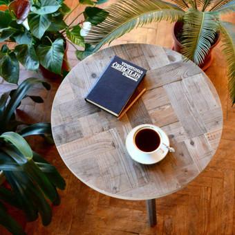 Apvalus kavos staliukas pagamintas iš senos medienos.