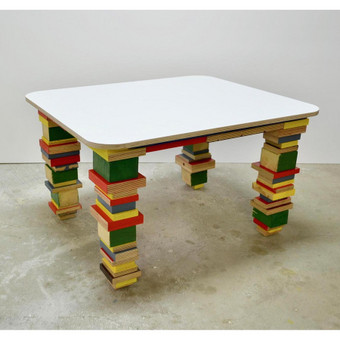 Spalvotos medienos atliekų staliukas.